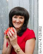 Купить «Счастливая женщина среднего возраста с красным перцем в руках», эксклюзивное фото № 4129802, снято 15 декабря 2012 г. (c) Игорь Низов / Фотобанк Лори