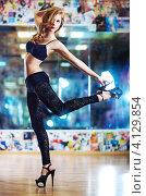 Купить «Молодая стройная девушка в клубе», фото № 4129854, снято 9 мая 2012 г. (c) chaoss / Фотобанк Лори