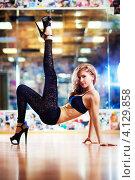Купить «Молодая стройная девушка подняла ногу вверх», фото № 4129858, снято 9 мая 2012 г. (c) chaoss / Фотобанк Лори