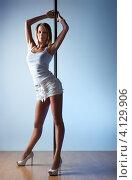 Купить «Девушка в белой одежде возле пилона», фото № 4129906, снято 5 февраля 2012 г. (c) chaoss / Фотобанк Лори