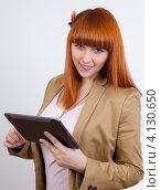 Улыбающаяся деловая женщина с планшетом. Стоковое фото, фотограф Logunov Maxim / Фотобанк Лори