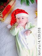 Купить «Младенец в новогоднем колпаке», фото № 4139018, снято 26 декабря 2011 г. (c) Elena Kucherenko / Фотобанк Лори