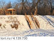 Купить «Деревянная беседка на берегу Коломенской набережной, Москва», эксклюзивное фото № 4139730, снято 12 декабря 2012 г. (c) lana1501 / Фотобанк Лори
