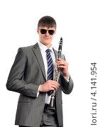 Купить «Молодой музыкант в солнечных очках с кларнетом», фото № 4141954, снято 23 декабря 2012 г. (c) Сергей Лаврентьев / Фотобанк Лори