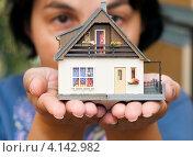 Женщина с макетом дома в руках, фото № 4142982, снято 4 октября 2012 г. (c) Геннадий Соловьев / Фотобанк Лори