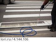 Купить «Нанесение дорожной разметки. Пешеходный переход», фото № 4144106, снято 14 мая 2011 г. (c) Швайгерт Екатерина / Фотобанк Лори