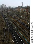Железнодорожные пути в пасмурный день. Стоковое фото, фотограф Андрей Сериков / Фотобанк Лори