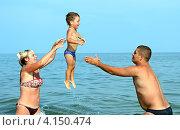 Купить «Счастливая семья на море», фото № 4150474, снято 8 июля 2012 г. (c) Эдуард Кислинский / Фотобанк Лори