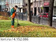 Купить «Дворник убирает опавшие, осенние листья на Петровском бульваре центре Москвы», эксклюзивное фото № 4152086, снято 20 октября 2012 г. (c) Николай Винокуров / Фотобанк Лори