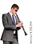 Купить «Молодой музыкант в солнцезащитных очках играет на кларнете. Изолировано на белом», фото № 4152314, снято 23 декабря 2012 г. (c) Сергей Лаврентьев / Фотобанк Лори