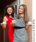 Купить «Две красивые девушки с чайными чашками в руках», эксклюзивное фото № 4153874, снято 15 декабря 2012 г. (c) Игорь Низов / Фотобанк Лори