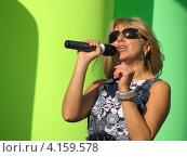 Алёна Апина на Лубянке (День города, Москва, 2009) Редакционное фото, фотограф Юлия Ротанина / Фотобанк Лори