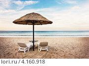 Купить «Пляж с зонтом и двумя шезлонгами», фото № 4160918, снято 6 декабря 2012 г. (c) Дарья Зуйкова / Фотобанк Лори