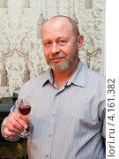 Купить «Мужчина среднего возраста с рюмкой вина в руке», эксклюзивное фото № 4161382, снято 31 декабря 2012 г. (c) Игорь Низов / Фотобанк Лори