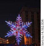 Снежинка-гирлянда на Манежной площади (2013 год). Редакционное фото, фотограф Алексей Меньшиков / Фотобанк Лори