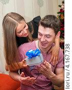 Купить «Счастливая пара. Девушка дарит парню коробку с подарком», эксклюзивное фото № 4167738, снято 5 января 2013 г. (c) Игорь Низов / Фотобанк Лори