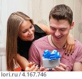 Купить «Счастливая пара. Девушка дарит парню подарок», эксклюзивное фото № 4167746, снято 5 января 2013 г. (c) Игорь Низов / Фотобанк Лори