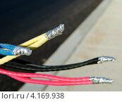 Купить «Новые алюминиевые электрические провода, подготовленные для подключения к электрической сети», фото № 4169938, снято 7 декабря 2012 г. (c) Олег Пчелов / Фотобанк Лори