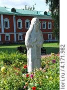 Купить «Скульптура монаха, Николо-Угрешский мужской монастырь, город Дзержинский, Московская область», эксклюзивное фото № 4171982, снято 1 сентября 2009 г. (c) lana1501 / Фотобанк Лори