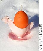 Купить «Свеча в форме яйца, стоящая на снегу в подставке», фото № 4172330, снято 16 декабря 2012 г. (c) Игорь Кутателадзе / Фотобанк Лори