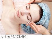 Молодая женщина в косметическом салоне. Сеанс очистки кожи лица. Стоковое фото, фотограф Андрей Кузьмин / Фотобанк Лори