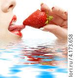 Купить «Крупный портрет девушки, пробующей клубнику на вкус кончиком языка», фото № 4173658, снято 13 мая 2007 г. (c) Syda Productions / Фотобанк Лори