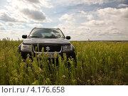 Внедорожник Сузуки в поле (2012 год). Редакционное фото, фотограф Artem Chechkenev / Фотобанк Лори