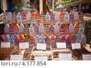 Магазин шоколада в городе Брюгге, Бельгия (2012 год). Редакционное фото, фотограф Наталья Чуб / Фотобанк Лори
