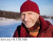 Купить «Пожилой мужчина на зимней прогулке», фото № 4178166, снято 2 января 2013 г. (c) Victoria Demidova / Фотобанк Лори