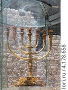 Золотая Менора, установленная на смотровой площадке возле Храмовой горы. Иерусалим (2012 год). Стоковое фото, фотограф Светлана Зотеева / Фотобанк Лори