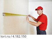 Купить «Рабочий измеряет рулеткой стены», фото № 4182150, снято 2 декабря 2012 г. (c) Дмитрий Калиновский / Фотобанк Лори