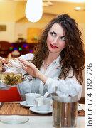 Купить «Симпатичная женщина наливает чай в ресторане», фото № 4182726, снято 14 января 2012 г. (c) Сергей Сухоруков / Фотобанк Лори