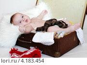 Купить «Спокойный малыш лежит в чемодане с одеждой (3,5 месяца)», фото № 4183454, снято 11 января 2013 г. (c) ivolodina / Фотобанк Лори