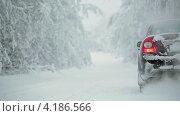 Купить «Черный автомобиль на зимней дороге», видеоролик № 4186566, снято 12 января 2013 г. (c) Кекяляйнен Андрей / Фотобанк Лори