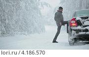 Купить «Мужчина проверяет шины автомобиля», видеоролик № 4186570, снято 12 января 2013 г. (c) Кекяляйнен Андрей / Фотобанк Лори