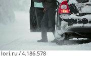 Купить «Мужчина выходит из машины», видеоролик № 4186578, снято 12 января 2013 г. (c) Кекяляйнен Андрей / Фотобанк Лори