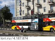 Купить «Экскурсионные автобусы в Евпатории», фото № 4187874, снято 9 сентября 2012 г. (c) Free Wind / Фотобанк Лори