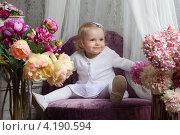 Маленькая девочка в белом платье (2013 год). Редакционное фото, фотограф Котова Мария / Фотобанк Лори