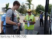 Купить «Проверка билетов перед посадкой в автобус», фото № 4190730, снято 26 июля 2012 г. (c) Free Wind / Фотобанк Лори