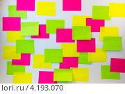 Разноцветные стикеры на светлом фоне. Стоковое фото, фотограф Karataevo / Фотобанк Лори