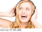 Купить «Счастливая блондинка слушает музыку в наушниках», фото № 4195386, снято 28 марта 2010 г. (c) Syda Productions / Фотобанк Лори