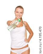 Купить «Счастливая спортивная девушка с бутылкой воды в руке», фото № 4195470, снято 8 мая 2010 г. (c) Syda Productions / Фотобанк Лори