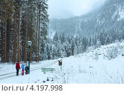 Купить «Зимний горный пейзаж и семья (Австрия, Тироль)», фото № 4197998, снято 2 января 2013 г. (c) Юрий Брыкайло / Фотобанк Лори