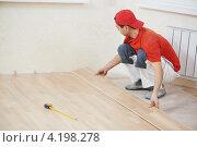 Купить «Строитель укладывает паркет», фото № 4198278, снято 28 ноября 2012 г. (c) Дмитрий Калиновский / Фотобанк Лори