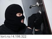 Вор-домушник взламывает дверь. Стоковое фото, фотограф Дмитрий Калиновский / Фотобанк Лори