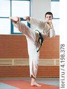 Купить «Мужчина в кимоно занимается таэквондо», фото № 4198378, снято 13 января 2013 г. (c) Дмитрий Калиновский / Фотобанк Лори
