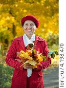 Купить «Счастливая пожилая женщина в осеннем парке», фото № 4198470, снято 7 октября 2011 г. (c) Яков Филимонов / Фотобанк Лори