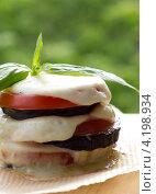Закуска из баклажанов, томатов и сыра. Стоковое фото, фотограф Виктория Резниченко / Фотобанк Лори