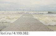 Купить «Черное море. Волны разбиваются о волнорез.», эксклюзивный видеоролик № 4199382, снято 17 января 2013 г. (c) Юрий Морозов / Фотобанк Лори