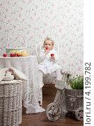 Маленькая девочка с фруктами в белом платье. Стоковое фото, фотограф Котова Мария / Фотобанк Лори